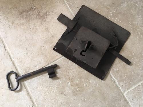 serrure l 39 ancienne fer et pierre ferronnerie d 39 art carreaux de ciment. Black Bedroom Furniture Sets. Home Design Ideas
