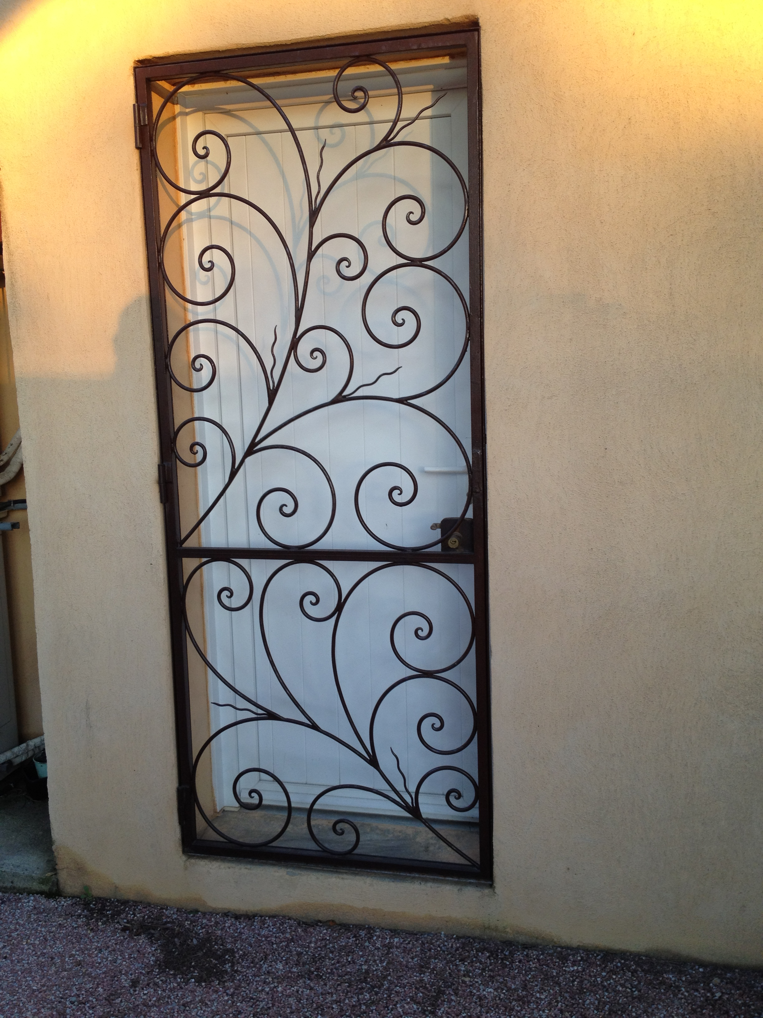 grille porte fer et pierre ferronnerie d 39 art carreaux de ciment. Black Bedroom Furniture Sets. Home Design Ideas