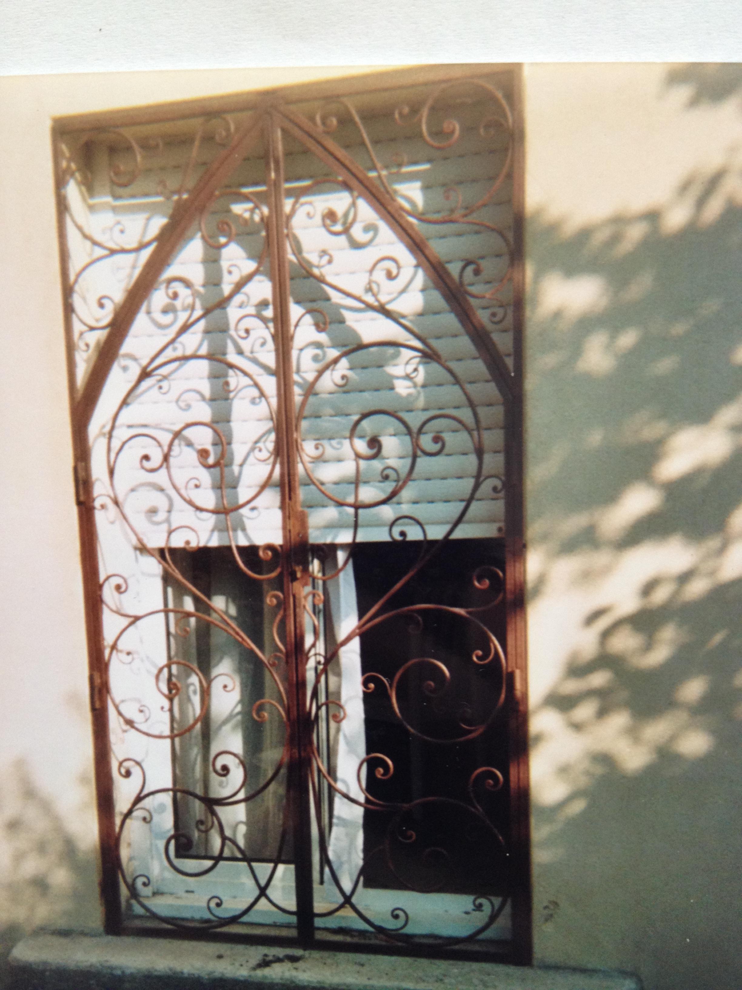 grille porte - fer et pierre - ferronnerie d'art - carreaux de ciment